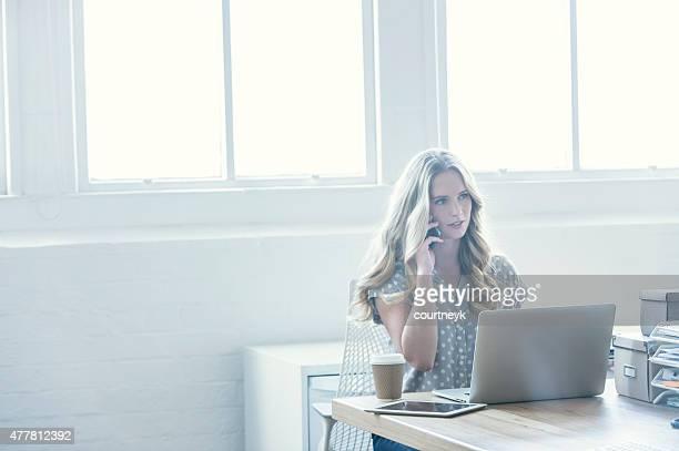 Atractiva Mujer trabajando en una computadora portátil.