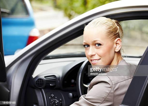 Séduisante jeune blonde femme dans sa nouvelle voiture