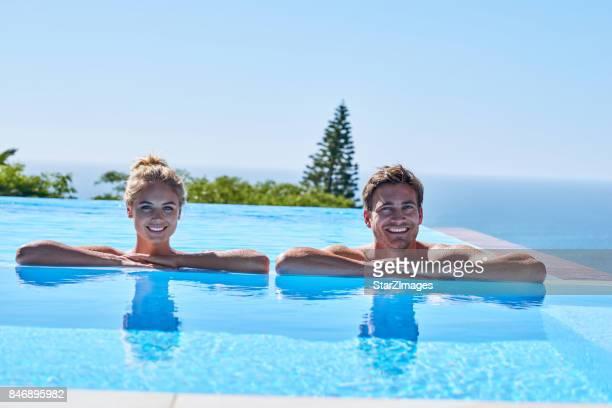 Attraktives junges paar entspannende in super pooд