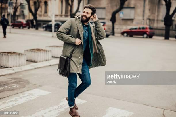 Attraktive junge Mann auf der Straße