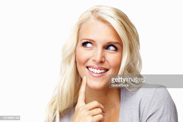 Jolie jeune femme avec le doigt sur le menton admirer copyspace