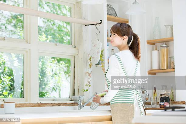 attractive young housewife - stereotypical homemaker stock pictures, royalty-free photos & images
