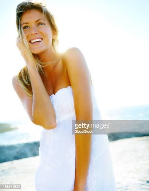 Bela jovem atraente na praia contra se para o mar calmo