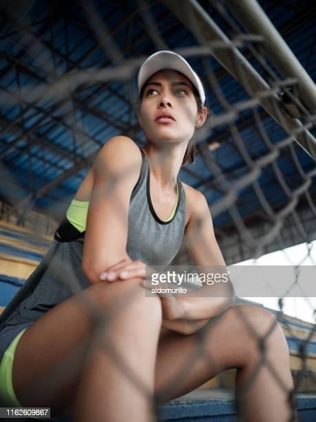 jeune athlète attrayant de latina - plan moyen angle de prise de vue photos et images de collection