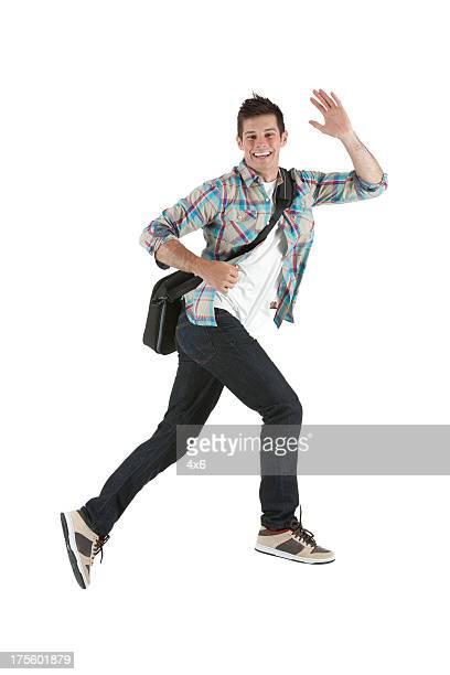 Séduisante jeune homme agitant sa main