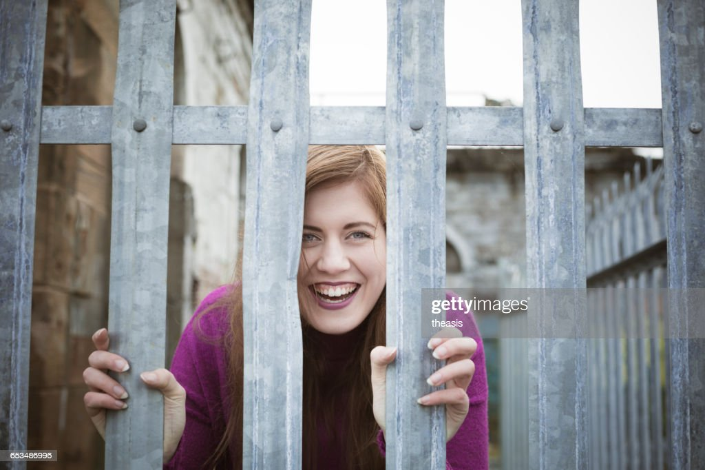 Mujer joven atractiva en muelles de Glasgow abandonados : Foto de stock