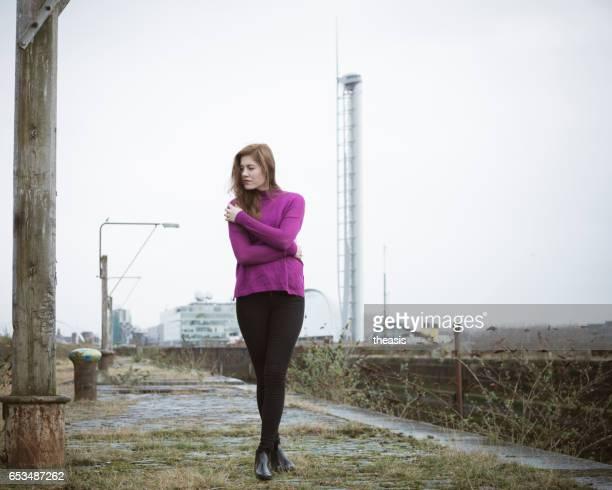 Aantrekkelijke jonge vrouw op braakliggende Glasgow Docks