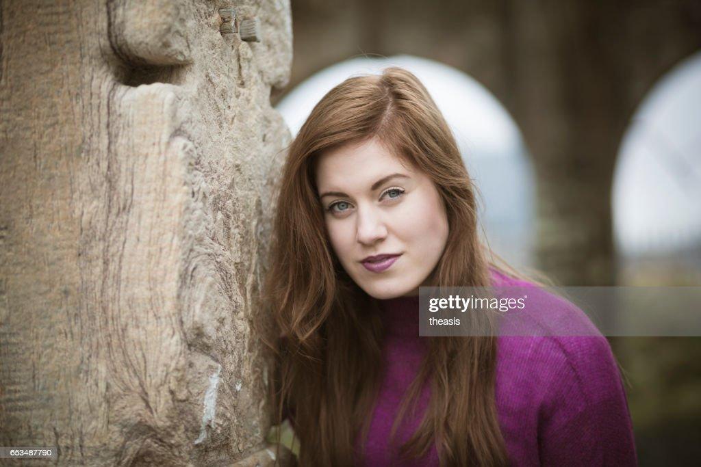 Attraktive junge Frau an verfallenen Glasgow Docks : Stock-Foto