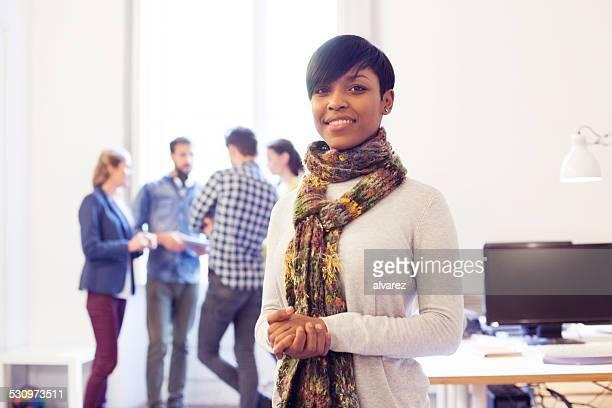 Attraente giovane donna al lavoro