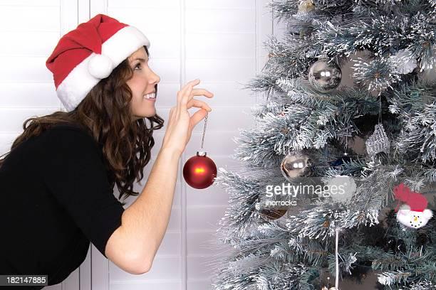 Séduisante jeune femme Décorer le sapin de Noël