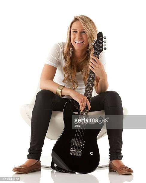 Belle jeune femme tenant une guitare