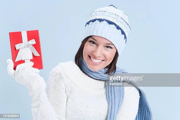 Atractiva mujer joven en Jersey con caja de regalo roja