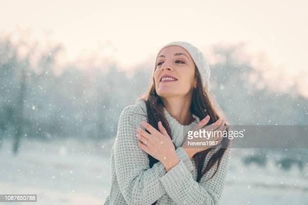 冬の屋外の魅力的な若い女性 - 息を止める ストックフォトと画像