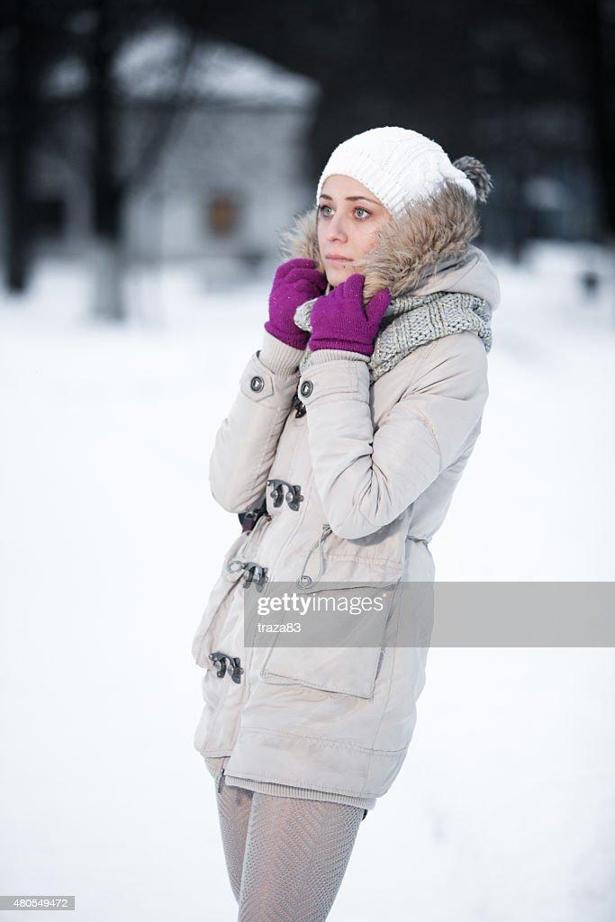 Atraente Jovem mulher em wintertime ao ar livre : Foto de stock