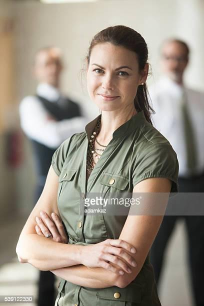 assurance belle jeune femme debout devant son équipe - personne secondaire photos et images de collection