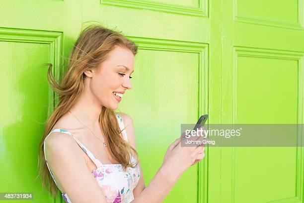 Atractiva mujer joven usando teléfono inteligente