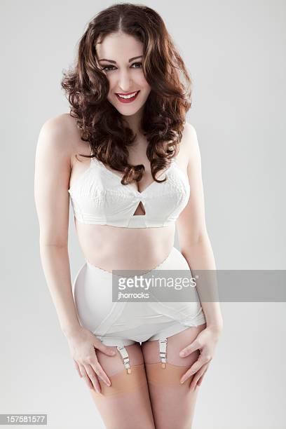 attraktive junge frau trägt retro unterwäsche - strapse stock-fotos und bilder