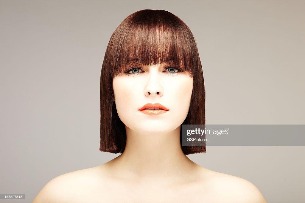 Atraente Jovem mulher com Bob corte de cabelo : Foto de stock