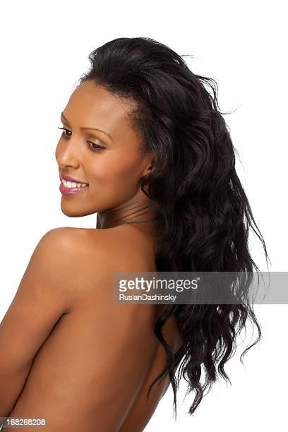 Attraktive junge Frau mit langen schwarzen Haaren, Rückansicht.