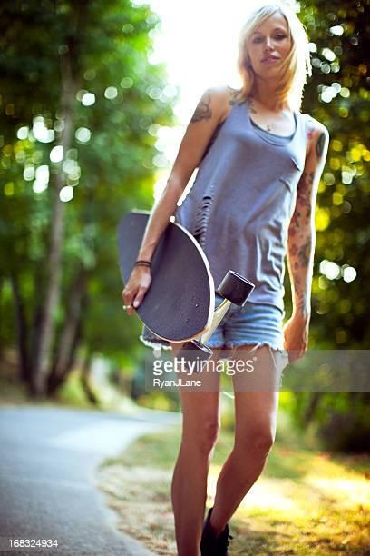 Attraktive junge Frau mit Longboard