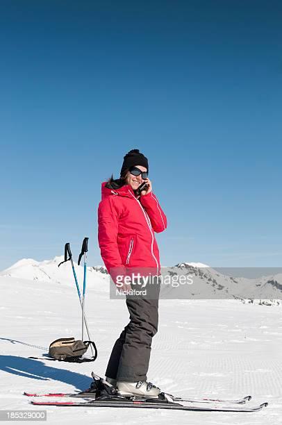 Atraente Jovem mulher com skiis em