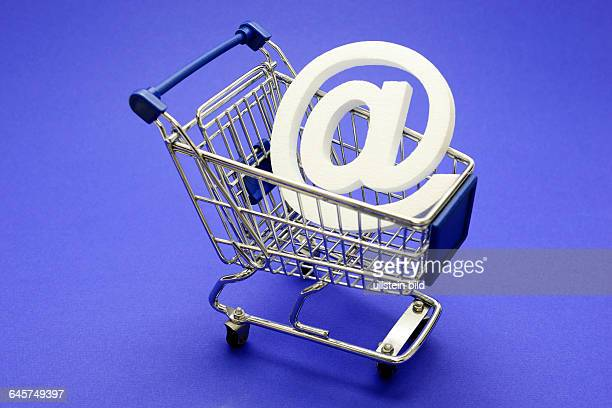 AtZeichen im Einkaufswagen Symbolfoto Onlineshopping