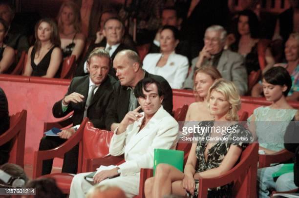Le styliste et créateur de haute-couture John Galliano et le mannequin Ingrid Seynhaeve. Au second plan sur la gauche : le directeur de Elite Europe...
