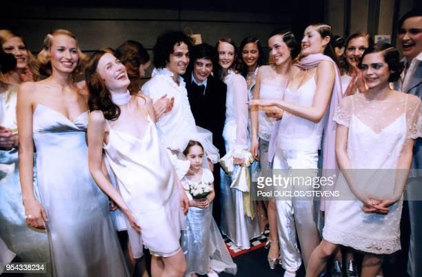 Au centre Inès de la Fressange avec sa fille Nine et ses top models lors des défilés de mode en mars 1998 à Paris France