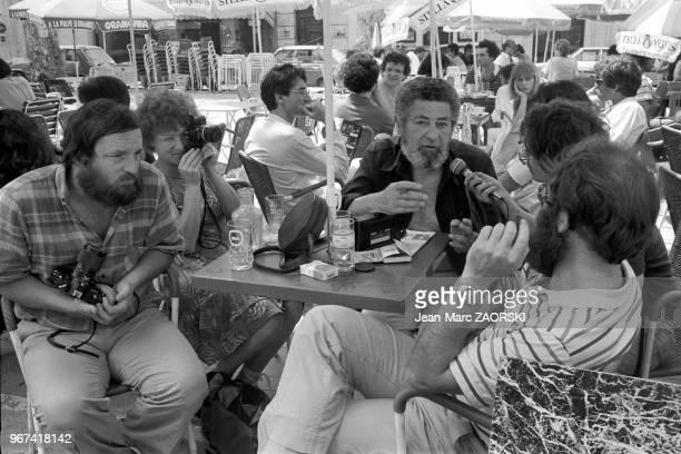 Au centre l'ancien directeur des Rencontres Jacques Manachem sur la place du Forum lors des rencontres internationales de la photographie d'Arles en...