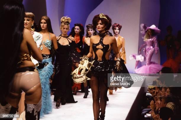 Au centre le top model Helena Christensen lors du défilé Thierry Mugler collection Prêt-à-porter Printemps-Eté 1992 en octobre 1991 à Paris, France.