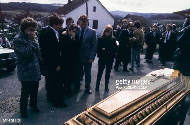 Au centre MarieAnge Laroche lors des obsèques de son époux Bernard Laroche le 2 avril 1985 à Jussarupt France