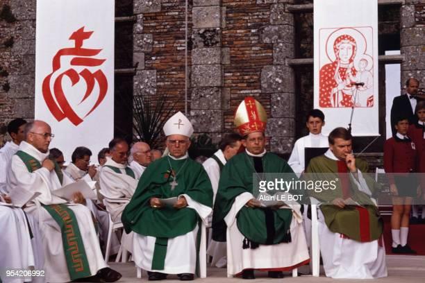 Au centre Monseigneur Jozef Glemp, cardinal polonais archevêque de Varsovie, lors d'un office religieux au Puy du Fou en Vendée le 9 juillet 1989,...