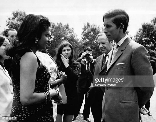 Au cours de sa visite le Prince Charles s'entretient avec Mademoiselle Dharani employee indienne dans les services londoniens du Secretariat du...