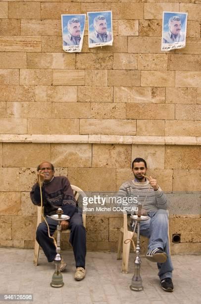 Au dessus de leur tte des portraits de Rafic Hariri colls sur le mur de la grande mosque Al Omari Au dessus de leur tte des portraits de Rafic Hariri...