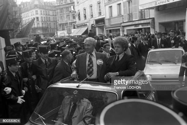 Au lendemain de leur défaite à Glasgow contre le Bayern Munich les joueurs de l'AS SaintEtienne défilent au milieu de la foule à gauche le président...