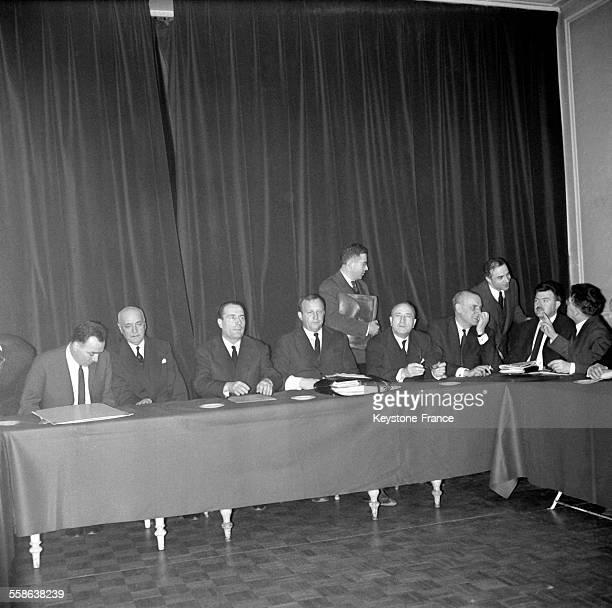 Au lendemain du premier tour de scrutin pour les élections présidentielles François Mitterrand pendant une séance de travail entouré de son étatmajor...