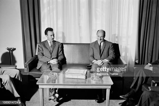 Au ministère de la Défense sur le canapé le président Boumédienne à gauche et le viceprésident de la République Arabe unie Zakaria Mohieddin à Alger...