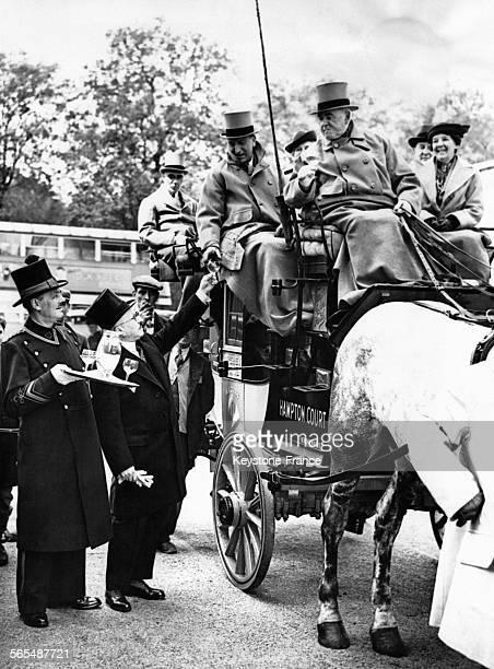 Au moment de partir pour Hampton Court le maître d'hôtel du Dorchester offre un verre aux passagers et aux cochers du 'Magnety' la plus vieille...