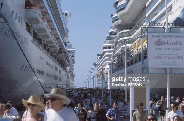 Au port de Philipsburg, les gros navires de croisiere font escale pour une nuit. Les croisieristes debarquent pour visiter l'ile de Saint Martin et...