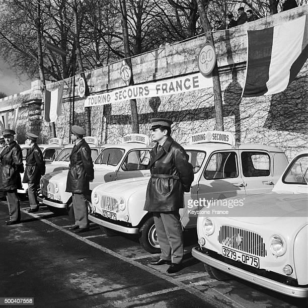 Au port des ChampsElysees presentation des voitures et des equipes de 'Touring Secours' chargees grace a un central telephonique relie a toutes ces...