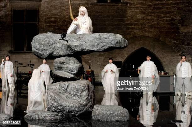 """Au sommet du rocher, la comédienne japonaise Micari dans """"Antigone"""" de Sophocle, pièce de théâtre classique mise en scène par le Japonais Satoshi..."""