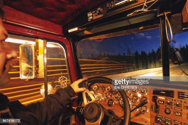 Au volant de son camion ''horsroute'' ce routier defie chaque semaine 3000km de perilleuses pistes verglacees entre les coupes forestieres et la...
