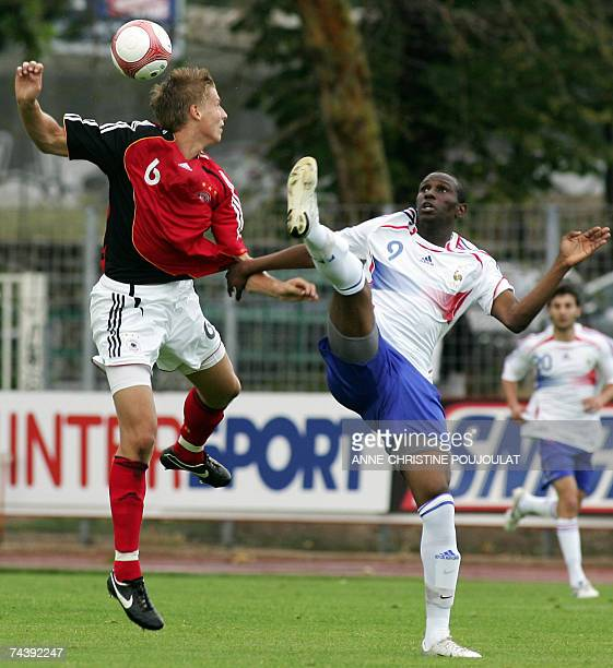 France's Abdoul Razak Boukari vies with Germany's Daniel Schulz during their under 21 international festival football match 04 june 2007 at the...