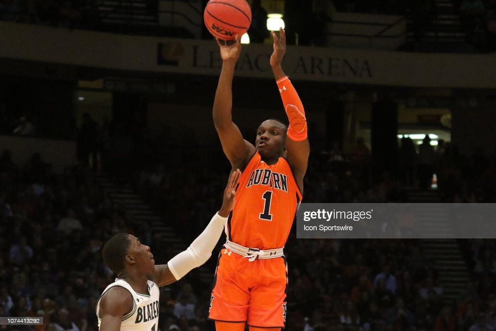 Auburn Tigers guard Jared Harper takes a shot in the game between