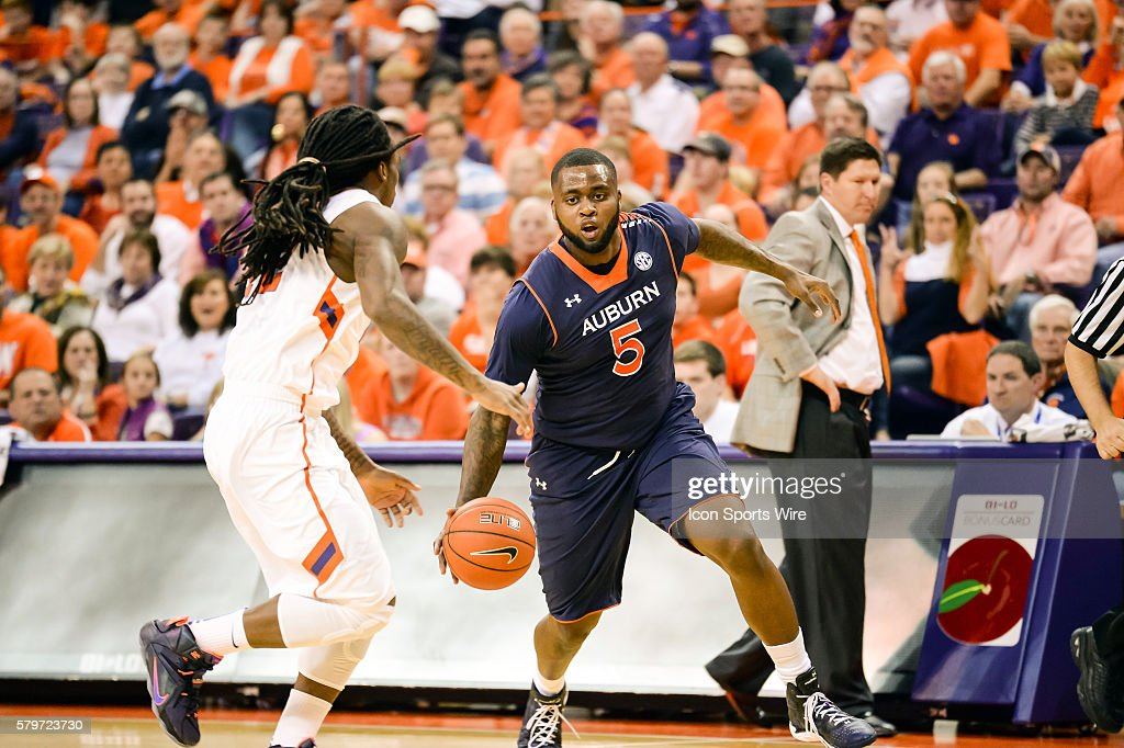 Auburn S Cinmeon Bowers Drives To The Basket During 1st Half