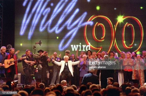 Auch beim Finale des Gala-Abends ist Willy Millowitsch umjubelter Mittelpunkt: Rund 14000 Menschen - darunter zahlreiche Prominenz aus Politik und...