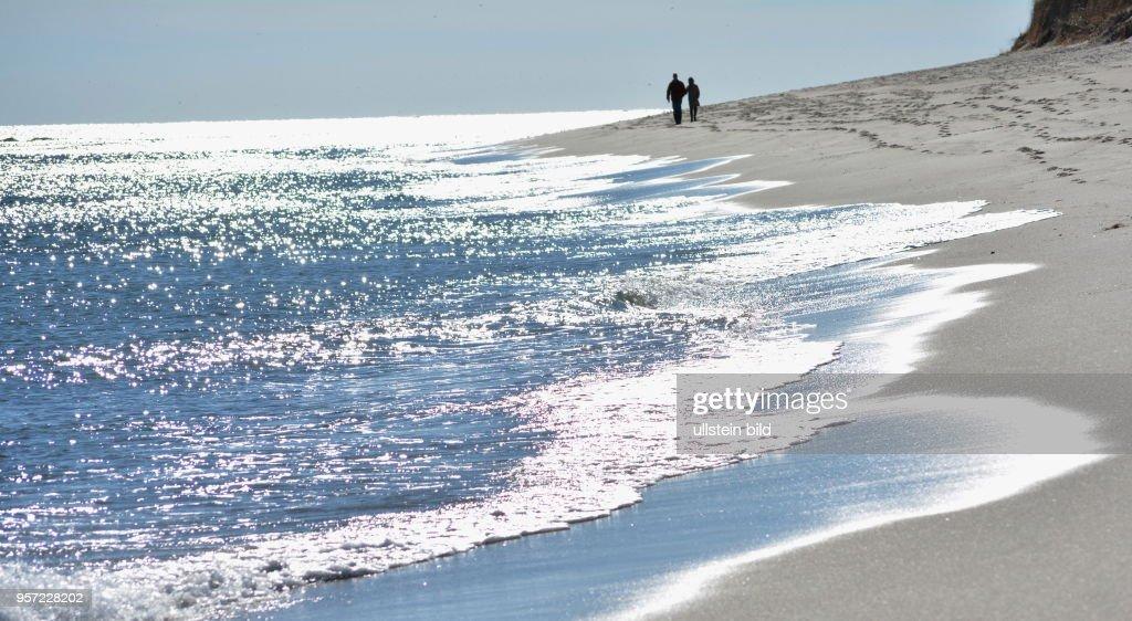 Auch im Herbst ist Halbinsel Cape Cod, hier Spaziergänger am Strand