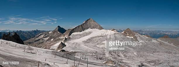 Auch im Sommer ist Skilaufen auf dem Gletscher unter dem Olperer in der Bildmitte auf dem Hauptkamm der Tuxer Alpen möglich Von der Bergstation der...