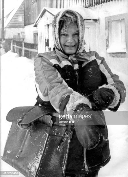 Auch im Winter trägt Postzustellerin Helga Burock die Postsendungen zu Fuß aus aufgenommen am im 800 Meter hoch im Osterzgebirge gelegen Zinnwald Ihr...