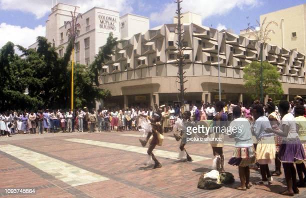 Auch wenn die Schar der Schaulustigen erhblich größer ist als das Trinkgeld das diese Schüler für ihren afrikanischen Tanz einkassieren werden so...